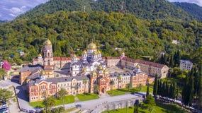 Härlig flyg- sikt på den nya Athos kloster Arkivfoton