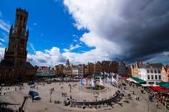 Härlig flyg- sikt på marknadsfyrkanten Markt i Bruges arkivbild