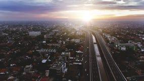 Härlig flyg- solnedgångsikt av den Becakayu avgiftvägen i östliga Jakarta Arkivbild