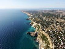 Härlig flyg- surrlängd i fot räknat av den Black Sea kustlinjen, Krim arkivfoto