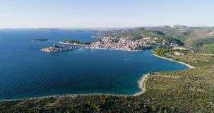 Härlig flyg- video av Primosten, Kroatien, Europa stock video