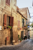 härlig forntida italiensk byväg i sommar Royaltyfri Fotografi
