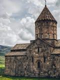 härlig forntida kristen kyrka på grönt gräs med kullen royaltyfri fotografi