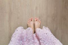 härlig fot benkvinna Slut upp kvinnligt barfota på trägolvbakgrund Royaltyfria Foton