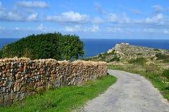 Härlig fotvandra väg nära havet i Malta Arkivbilder
