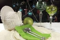 Härlig framdel för jultabellinbrott av julgranen, med gröna crystal vinbägareexponeringsglas Royaltyfri Fotografi