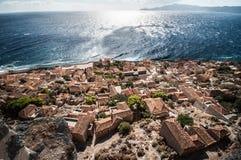 Härlig by framme av havet Arkivbilder