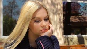 Härlig framsida av den nätta flickan, blond closeup lager videofilmer