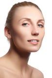 Härlig framsida av den unga kvinnan med ren ny hud Stående av den härliga unga kvinnan med härliga blåa ögon och framsidan Arkivbild