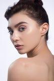 Härlig framsida av den unga kvinnan med rent nytt hudslut som isoleras upp på vit skönhet isolerad ståendewhite Härlig brunnsortk Royaltyfri Foto