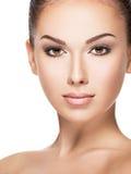 Härlig framsida av den unga kvinnan med vård- ny hud Royaltyfri Foto