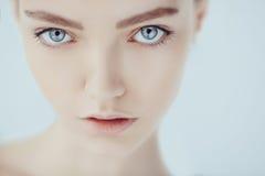 Härlig framsida av den unga tonåriga kvinnan med ren ny hud arkivbild
