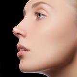Härlig framsida av den unga vuxna kvinnan med isolerad ren ny hud - Härlig flicka med härlig makeup-, ungdom- och hudomsorg Fotografering för Bildbyråer