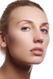 Härlig framsida av den unga vuxna kvinnan med isolerad ren ny hud - Härlig flicka med härlig makeup-, ungdom- och hudomsorg Co royaltyfri bild