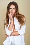 Härlig framsida av den unga vuxna kvinnan med ren ny hud i den vita skjortan Arkivbilder