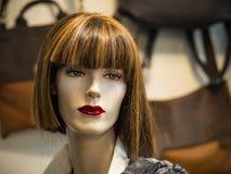 Härlig framsida av en kvinnlig skyltdocka i ett shoppafönster Fotografering för Bildbyråer