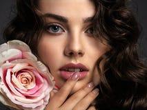 Härlig framsida av en ung kvinna med en rökig ögonmakeup royaltyfri bild