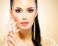Härlig framsida av glamourkvinnan med blåtiramakeup Fotografering för Bildbyråer