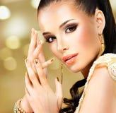 Härlig framsida av glamourkvinnan med blåtiramakeup Royaltyfri Foto