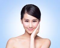 Härlig framsida för kvinna för hudomsorg Royaltyfri Foto