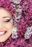 Härlig framsida för kvinna med blommalilan Royaltyfri Bild
