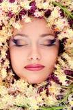 Härlig framsida för kvinna med den kastanjebruna blommaramen Fotografering för Bildbyråer