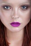 Härlig framsida för kvinna med perfekt makeup tät stående upp royaltyfri bild