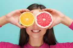 Härlig framsida för kvinna` s med den saftiga apelsinen royaltyfria foton