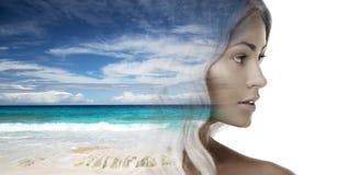 Härlig framsida för ung kvinna över strandbakgrund arkivfoto
