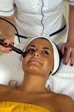 härlig framsida som får massagekvinnabarn Royaltyfri Foto