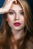 härlig framsidakvinna Göra perfekt färgmakeup Skönhetmode Royaltyfri Foto