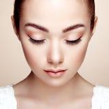 härlig framsidakvinna Perfekt makeup Arkivbilder