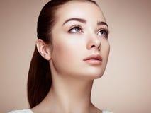 härlig framsidakvinna Perfekt makeup Royaltyfria Bilder