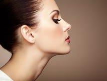 härlig framsidakvinna Perfekt makeup Fotografering för Bildbyråer