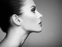 härlig framsidakvinna Perfekt makeup Royaltyfri Foto