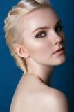 härlig framsidakvinna Perfekt makeup Skönhetmode ögonfranser Arkivbilder