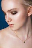 härlig framsidakvinna Perfekt makeup Skönhetmode ögonfranser Royaltyfri Fotografi