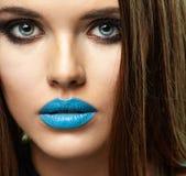 härlig framsidakvinna skönhet isolerad ståendewhite Härliga blåa kanter Royaltyfri Fotografi