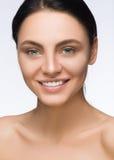 härlig framsidakvinna skönhet isolerad ståendewhite Spa le Ren skönhetmodell Ren modell Girl Ungdom- och omsorgbegrepp Brunett me Royaltyfri Bild