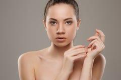 härlig framsidakvinnlig Den perfekta och rena huden av framsidan Royaltyfri Bild