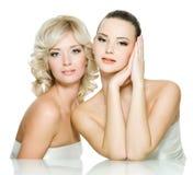 härlig framsidasensuality två unga kvinnor royaltyfria foton