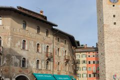 Härlig freskomålning på ett hus i Trento, Italien arkivfoton