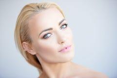 Härlig fridfull ung blond kvinna fotografering för bildbyråer