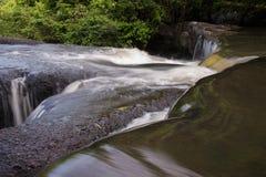 härlig frodig vattenfall Arkivbilder