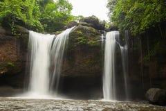 härlig frodig vattenfall Arkivfoton