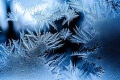 Härlig frostmodell på ett fönster royaltyfria foton