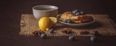 Härlig frukost för bakgrund med varma sammansättningar för en drink, PA Royaltyfri Bild
