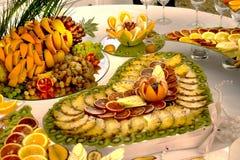 Härlig frukt- ljus blandad skivad frukt på en rik festlig tabell Fotografering för Bildbyråer