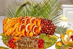 Härlig frukt- ljus blandad skivad frukt på en rik festlig tabell Royaltyfria Bilder