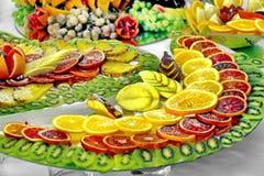Härlig frukt- ljus blandad skivad frukt på en rik festlig tabell royaltyfri foto